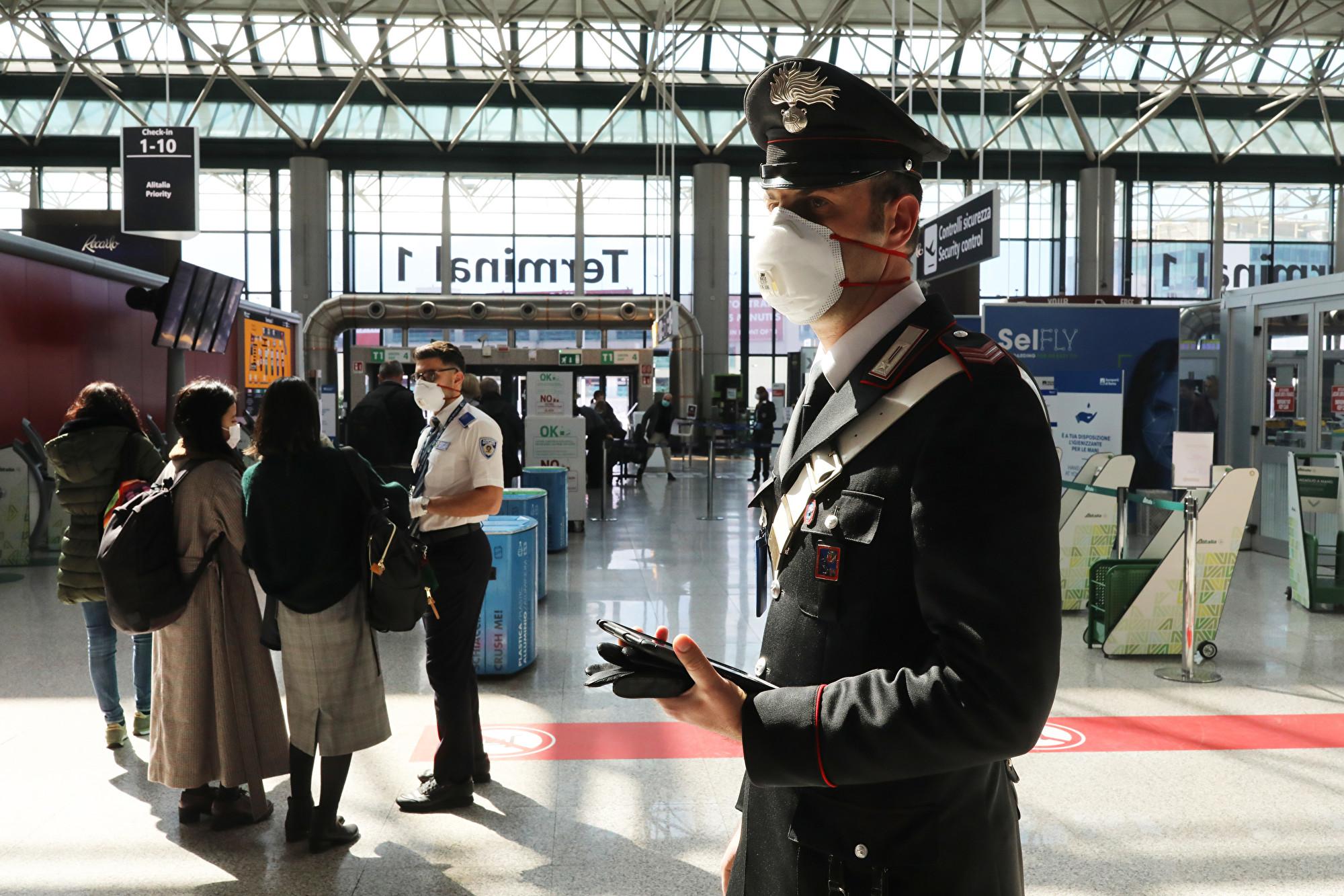 2020年3月12日,意大利羅馬菲烏米奇諾(Fiumicino)機場的準軍事警察。(Marco Di Lauro/Getty Images)