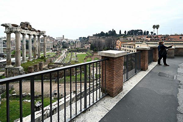 為了控制中共肺炎疫情,意大利全國封城,平日熙來攘往的人潮已不復見。圖為2020年3月13日,羅馬著名景點卡比托利歐山幾乎沒有遊客。(VINCENZO PINTO/AFP via Getty Images)