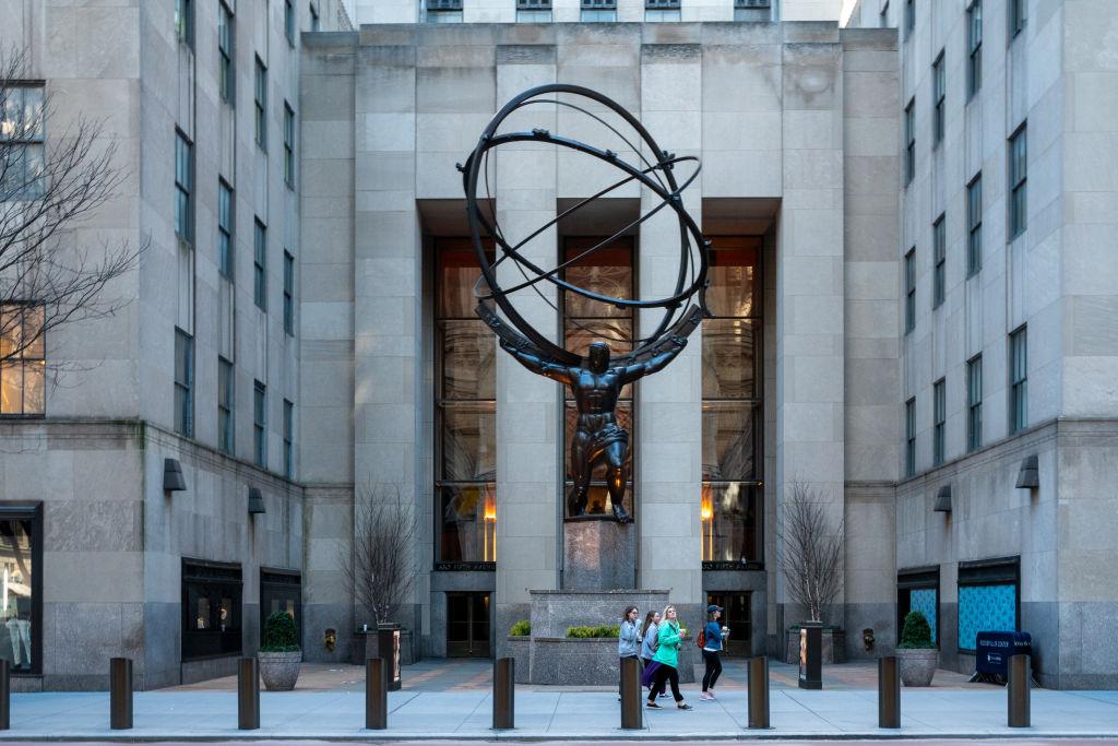 受疫情影響,紐約街頭行人稀少。圖為2020年3月12日的紐約洛克菲勒中心。NBC環球集團總部即位於該中心。(Photo by David Dee Delgado/Getty Images)