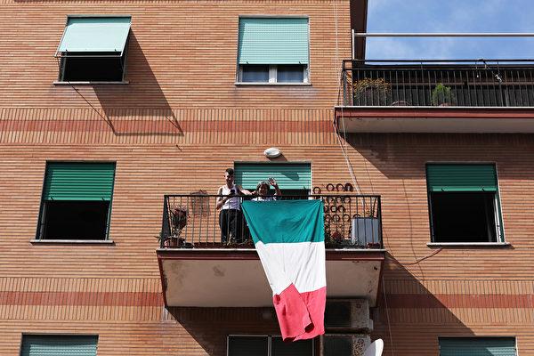 為了控制中共肺炎疫情,意大利全國封城,民眾被要求禁止外出。圖為2020年3月15日,羅馬,民眾在陽台唱歌同樂。(ANDREAS SOLARO/AFP via Getty Images)