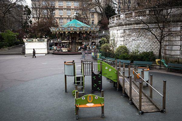 圖為3月17日巴黎聖母院附近的公園已關閉。( JOEL SAGET/AFP via Getty Images)