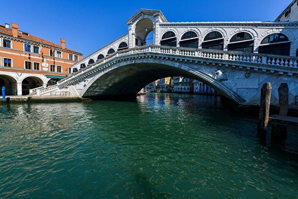 2020年3月18日,意大利威尼斯,在中共肺炎疫情下現正處於封城狀態。圖為大運河上的里亞托橋附近無遊客。(ANDREA PATTARO/AFP via Getty Images)