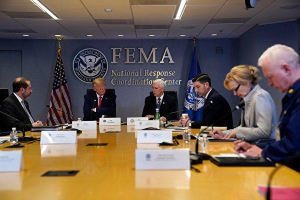 圖為特朗普總統於2020年3月19日在華盛頓聯邦緊急事務管理局總部參加與州長的電話會議。(EVAN VUCCI/POOL/AFP via Getty Images)