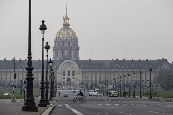 圖為3月20日,著名的阿歷山大三世大橋通向巴黎榮軍院的景象。 (THOMAS SAMSON/AFP via Getty Images)