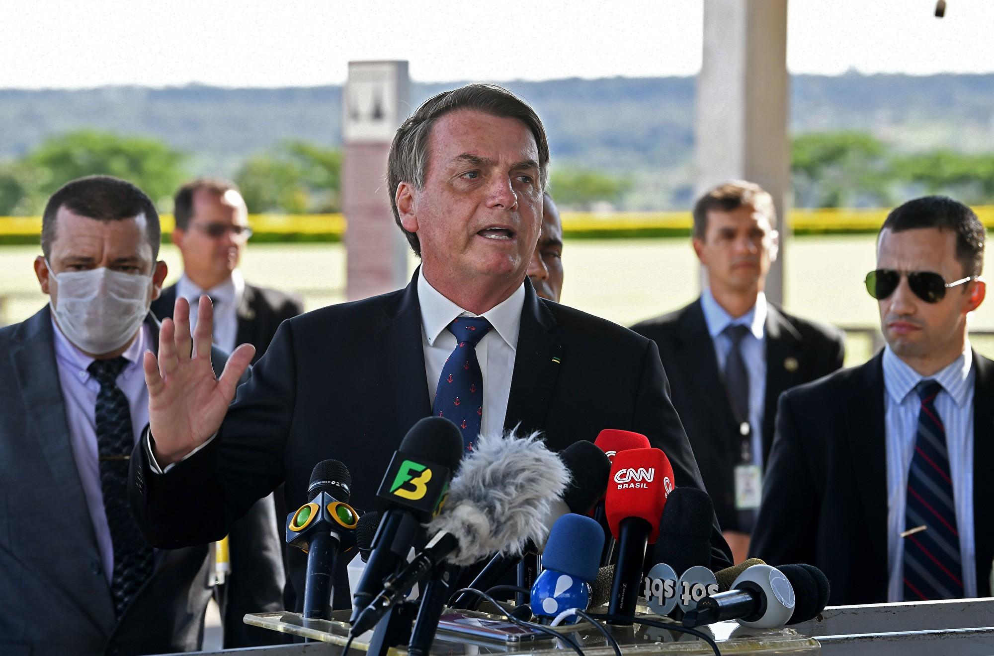 巴西總統宣佈感染中共病毒 現發燒症狀