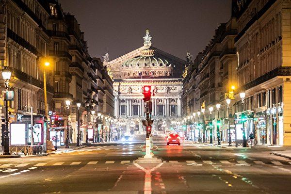 3月20日晚的巴黎歌劇院依然燈火輝煌。(MARTIN BUREAU/AFP via Getty Images)