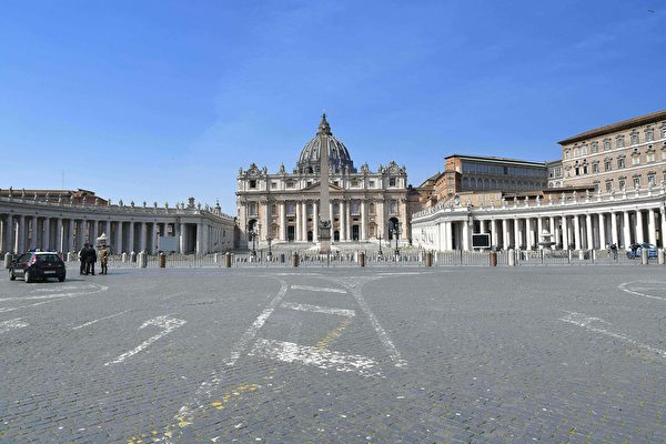 為了控制中共肺炎疫情,意大利全國封城,平日熙來攘往的人潮已不復見。圖為2020年3月22日,梵蒂岡,聖彼德大教堂前幾乎沒有人。(ALBERTO PIZZOLI/AFP via Getty Images)
