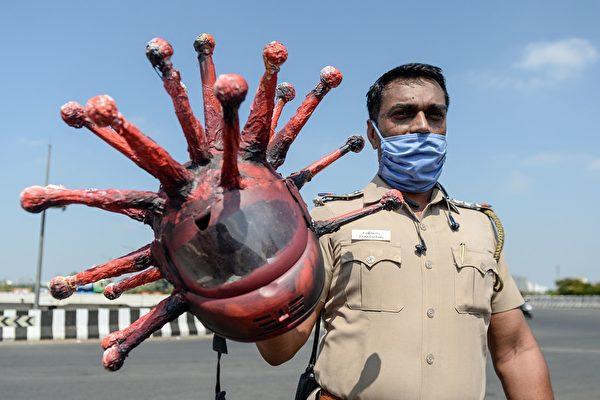 這個病毒狀安全帽是一名藝術家製作的。(ARUN SANKAR/AFP via Getty Images)