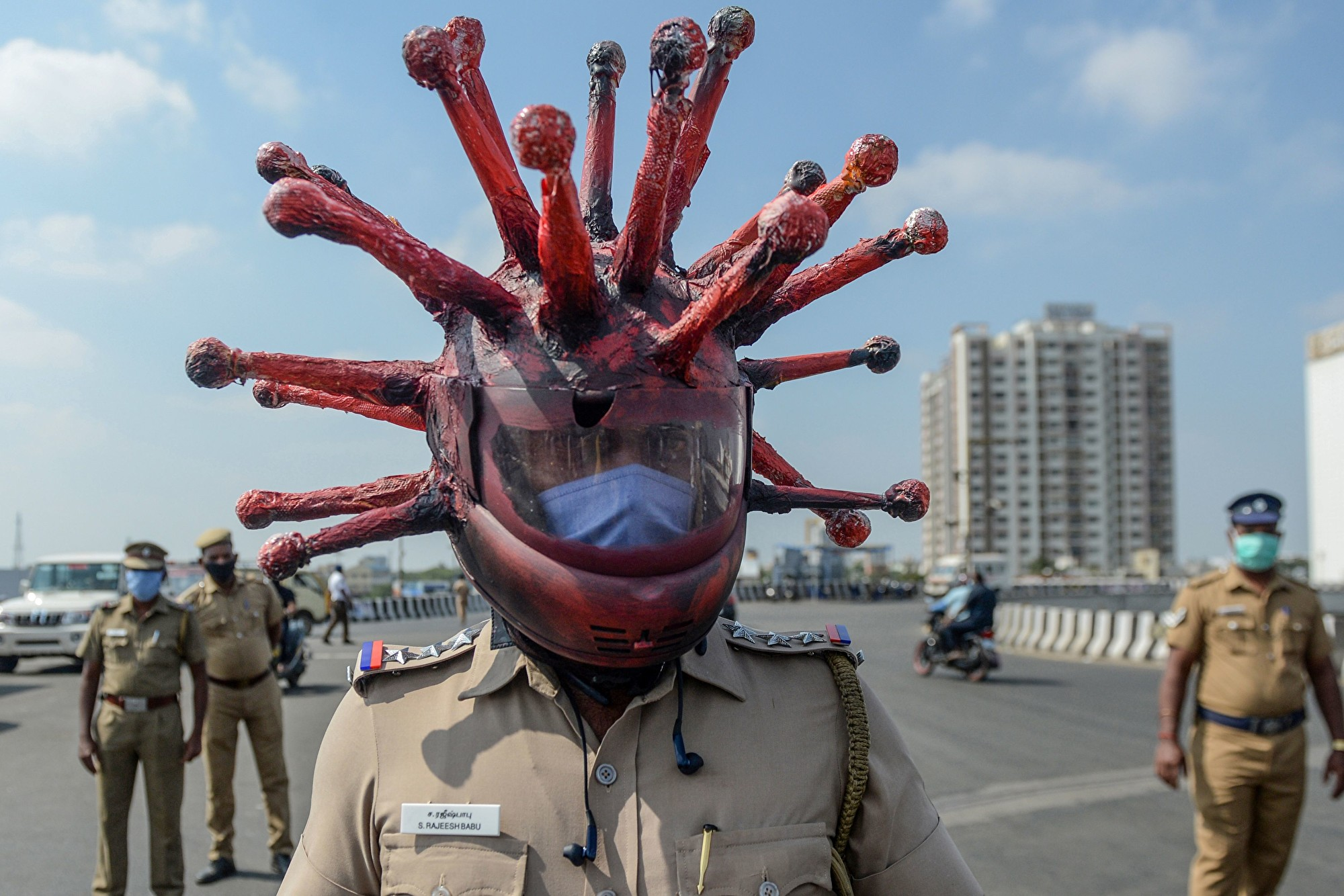 印度警察戴病毒狀安全帽 警告民眾待在家裏