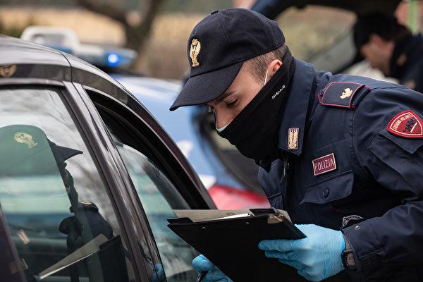 圖為意大利舉國封鎖令下的米蘭警察。(攝於2020年3月10日)(Emanuele Cremaschi/Getty Images)
