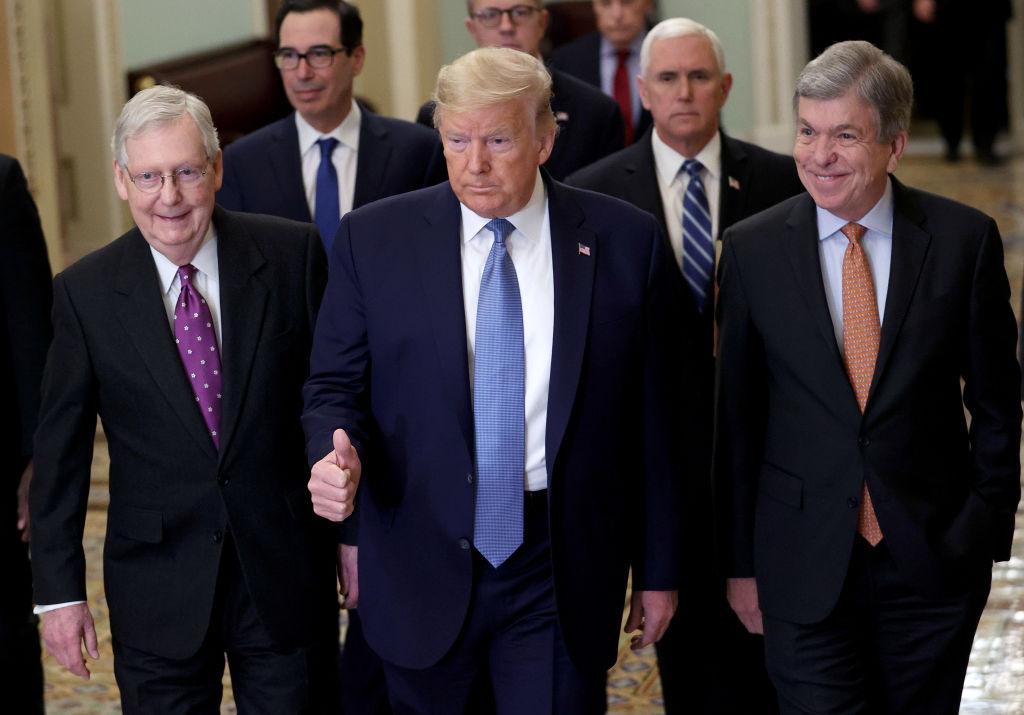2020年3月10日美國總統特朗普(中)前往國會,與共和黨議員及領袖探討應對中共肺炎(俗稱武漢肺炎、新冠肺炎)疫情的減稅和經濟方案。(Win McNamee/Getty Images)
