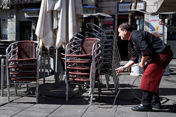 2020年3月13日,西班牙馬德里市長建議酒吧和餐館關閉,以因應武漢肺炎疫情。圖為馬德里街頭的一個餐館侍者。 (Carlos Alvarez/Getty Images)