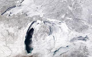 北美伊利湖沿岸房屋遭冰封 犹如异世界景象
