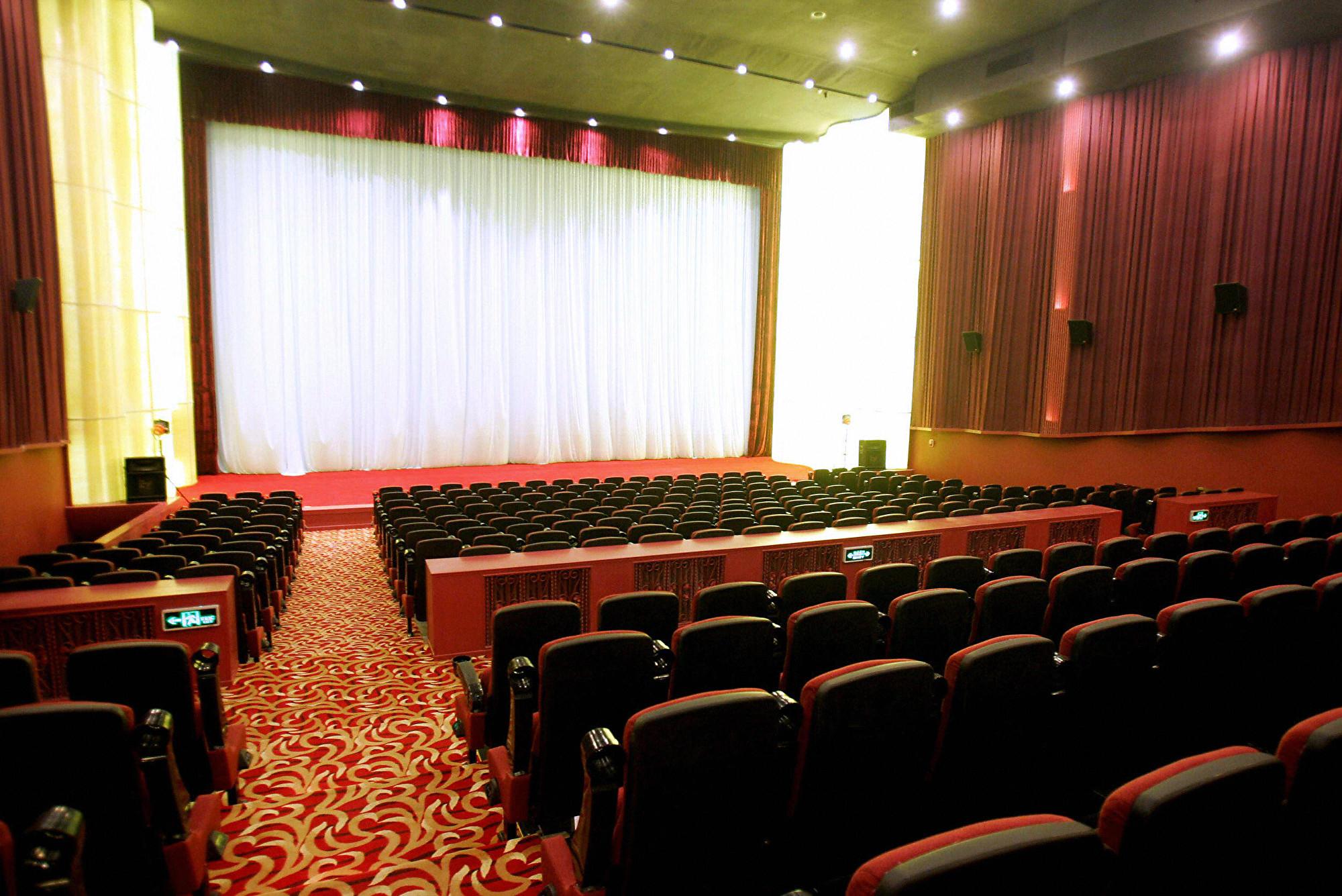為保經濟,中共要求影院2020年3月恢復營業,實行隔排隔座售票,但最新消息顯示,當局現在又突然叫停。圖為中國北京的大觀樓影城。(STR/AFP via Getty Images)