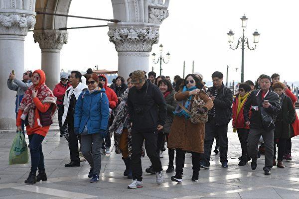 2018年1月19日,意大利威尼斯,一群遊客參觀聖馬可廣場。(ANDREA PATTARO/AFP via Getty Images)