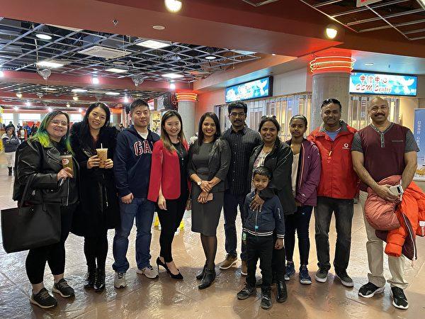 圖:省議員康安禮與朋友一起,在麗晶廣場就餐購物,表達對其選區客戶的支持。(Eugene Tseng提供)
