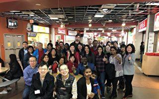 图:省议员康安礼与朋友一起,在丽晶广场就餐购物,表达对其选区客户的支持。(邱晨/大纪元)