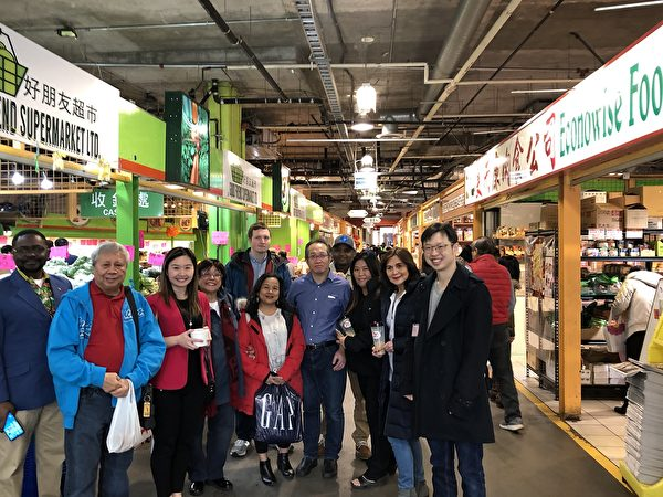 圖:省議員康安禮與朋友一起,在麗晶廣場就餐購物,表達對其選區客戶的支持。(邱晨/大紀元)