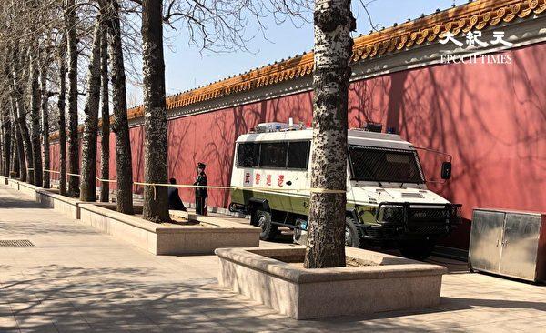 2020年3月20日,天安門附近,沒有幾個行人,到處都是警車和武警公安。(大紀元)