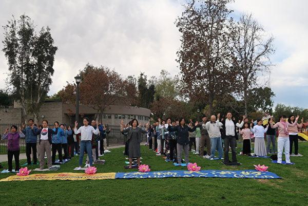 2月29日,洛杉磯部份法輪功學員於洛杉磯蒙市的巴恩斯公園(Barnes Park)舉行集體煉功。(徐繡惠/大紀元)