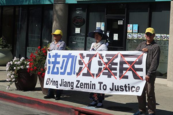 2月29日,洛杉磯部份法輪功學員於蒙市,華人商家密集的丁胖子廣場附近拉橫幅、築「真相長城」,聲援三億五千萬中國人退出中共黨、團、隊組織。(徐繡惠/大紀元)