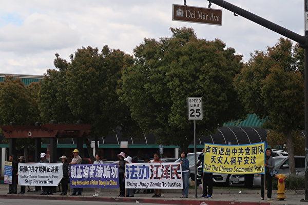 2020年3月7 日(周六),大洛杉磯地區部份法輪功學員於聖蓋博市、華人商家林立的山谷大道與戴爾瑪大街交叉路口築起「真相長城」。(徐繡惠/大紀元)