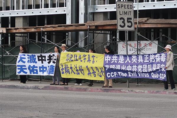 2020年月7 日(周六),大洛杉磯地區部份法輪功學員於聖蓋博市、華人商家林立的山谷大道與戴爾瑪大街交叉路口築起「真相長城」。(徐繡惠/大紀元)