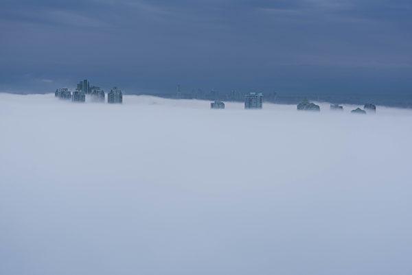 大溫哥華的本拿比,3月6日早上被大霧鎖定。(大紀元)