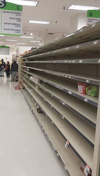 圖:本拿比鐵道鎮的大統華方便麵貨架,曾經出現被搶購一空的現象。(網友提供)