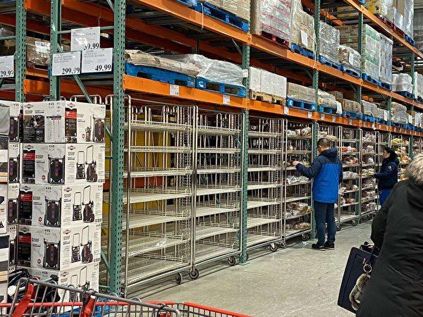 圖:溫哥華各地突顯搶購風,一些民眾擔憂新冠肺炎擴大,湧入超市搶購貨品。(網友提供)