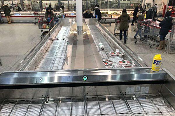 圖:北美突現搶購風,一些民眾擔憂新冠肺炎擴大,湧入超市搶購貨品。(網友提供)