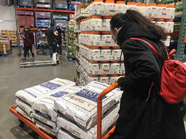 顧客陳小姐在Costco買不到大米,便購買麵粉。圖為她買了十大袋麵粉。(大紀元)