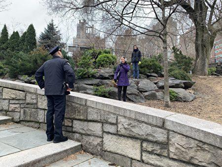 圖為紐約市警勸導民眾保持6呎的社交距離。