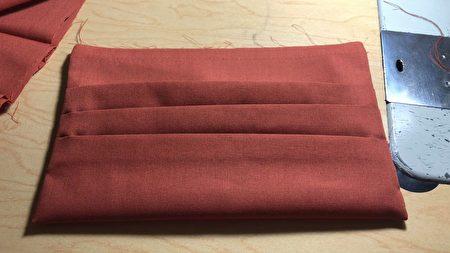 制衣厂员工用缝纫机做的布口罩、可放入滤芯。