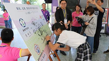 小小画家也签下自己的承诺,在艺术领域发光发热。