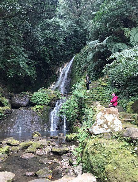 「小隱潭」潺潺流水的硫磺瀑布順山而洩。