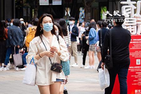 """主计总处主计长朱泽民4日表示,今年台湾经济成长率""""保2""""没有问题。图为民众戴口罩逛街。"""