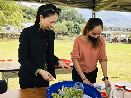 農糧署東區分署長陳昌岑(左)一起手工製作脆梅體驗。