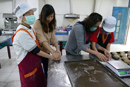 特教班学生在竹山国中阳光小竹烘焙坊学习面包塑形。