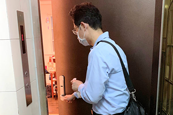 準備一瓶酒精乾洗手液,回家進門和離家出門之前都先洗手,還可用消毒液清潔門把。(鄭元瑜提供)