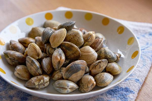 蛤蜊肉质鲜美,价格便宜,吃蛤蜊有助于降低胆固醇和血糖。(Shutterstock)