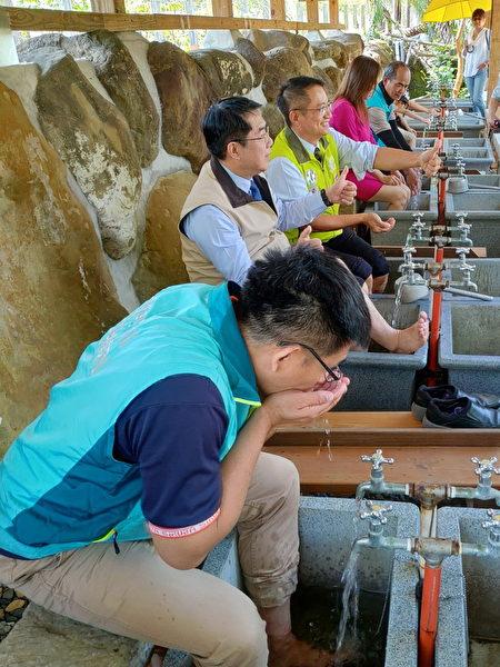 龜丹溫泉屬碳酸氫鈉泉質,素有美人湯之稱,泉質清澈無味無色,泡湯或泡腳外還可飲用,台南市議員穎艾達利(前1)立即捧水飲之。