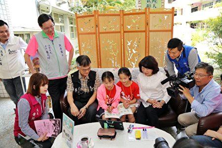 嘉義市長黃敏惠今天親自到場觀摩,更與學生一起利用視訊軟體遠端上課。