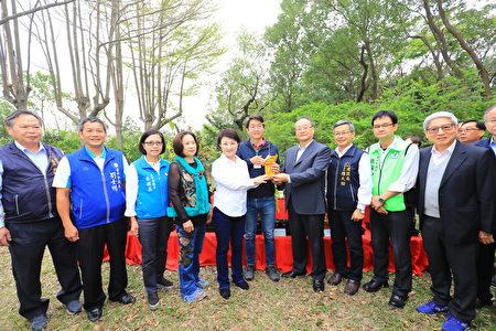 寶成國際集團董事長詹陸銘(右4)、台灣山林復育協會理事長蔡智豪(右5)致贈市府樹苗。