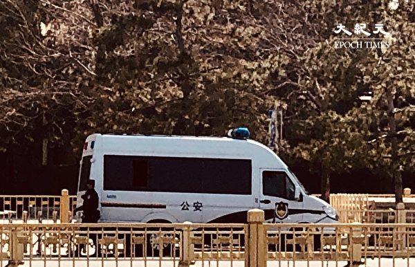 2020年3月20日,天安門附近,沒有幾個行人,但到處都是警車和武警公安。(大紀元)