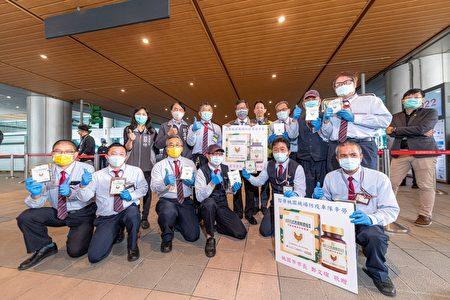 桃园市长郑文灿和与会来宾慰问桃园机场防疫车队同仁,并与之合影。