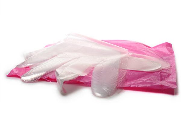 一次性塑胶手套虽然有防水作用,但是却非常容易破损。(Shutterstock)