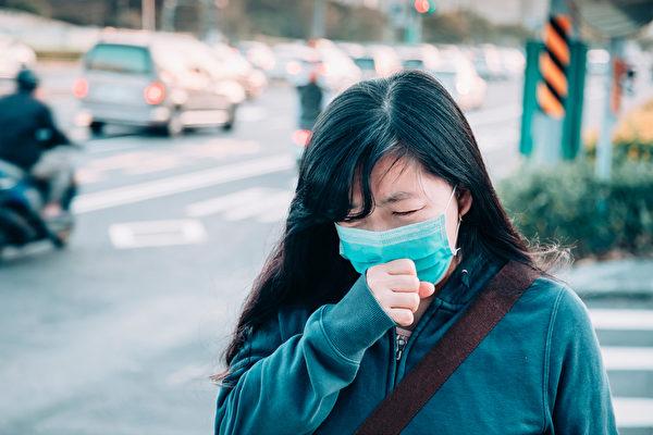 美国CDC建议轻症感染者在家隔离休养,不用住院。但什么情况需要就医?(Shutterstock)