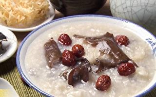 用紅棗加上黑木耳、白木耳熬煮甜甜的「雙耳粥」,軟爛易消化,養肝又清血管。(談古論今話中醫提供)