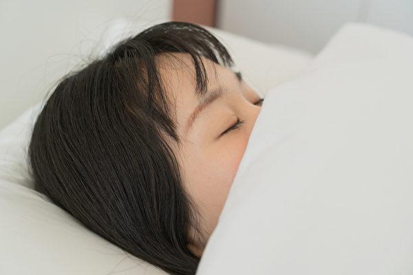 經常出現早睡晚起的昏睡習慣,那很可能是高血糖甚至糖尿病在作怪。(Shutterstock)